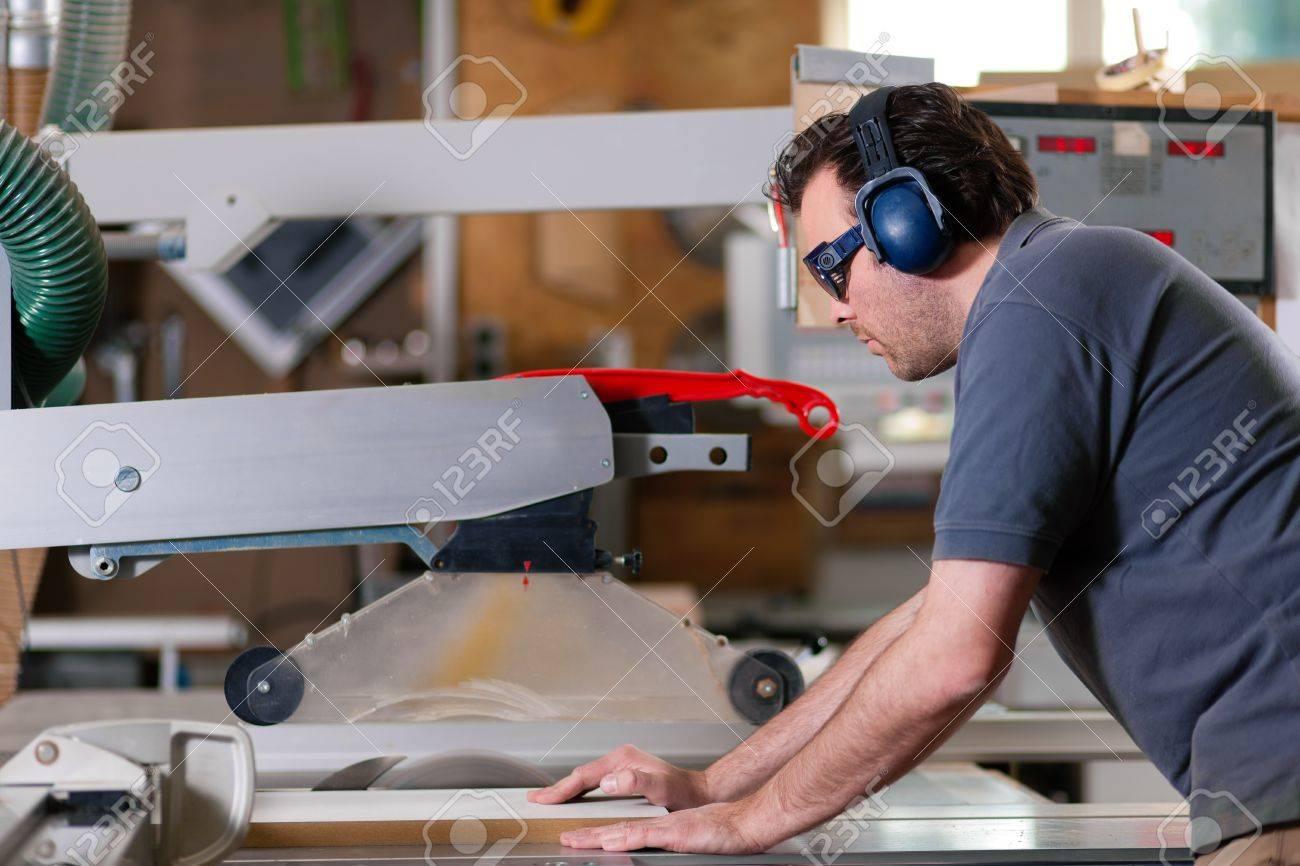 Carpenter Trabajando En Un Zumbido De Sierra Eléctrica Cortando Unas ...