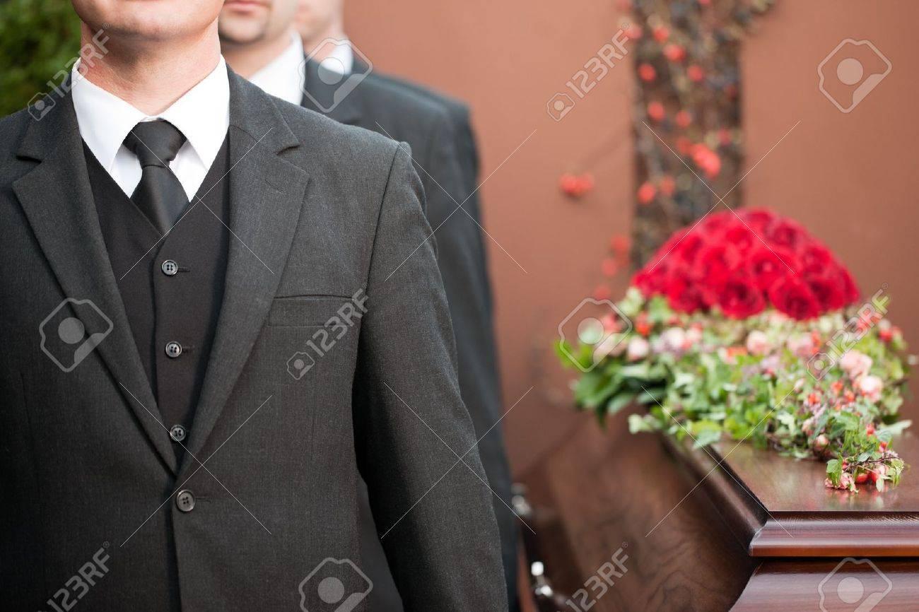 Porteur cercueil portant cercueil lors des