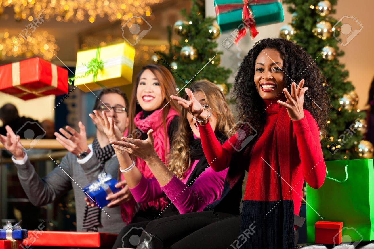 Фото друзей с подарками