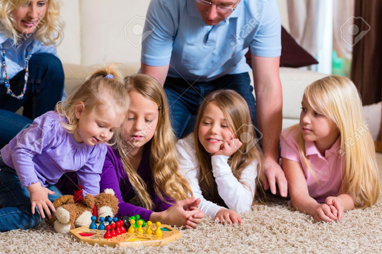 Familia Jugando Juego De Mesa Parchis En Casa En El Suelo Fotos