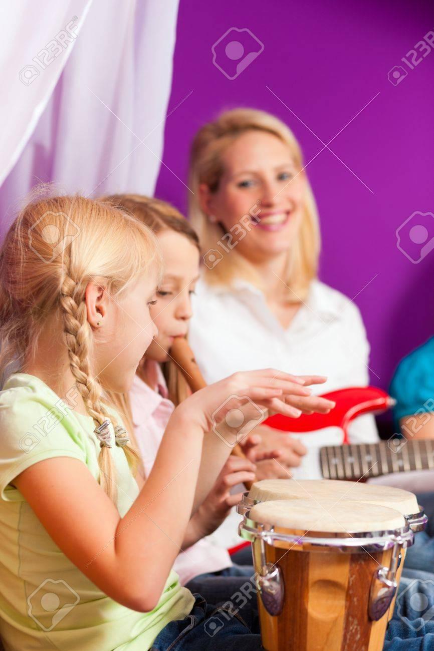 Музыка играл бонго