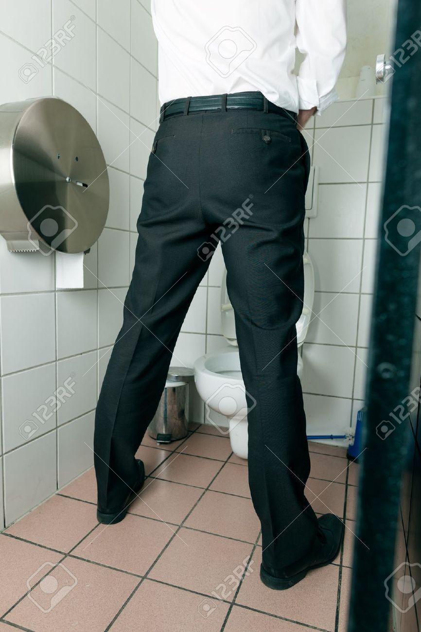 El hombre orinando en el baño Foto de archivo - 17406044