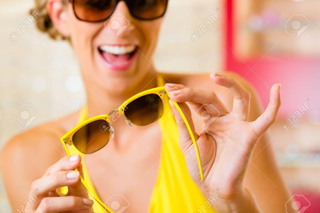 Jeune femme à la opticien avec des lunettes,