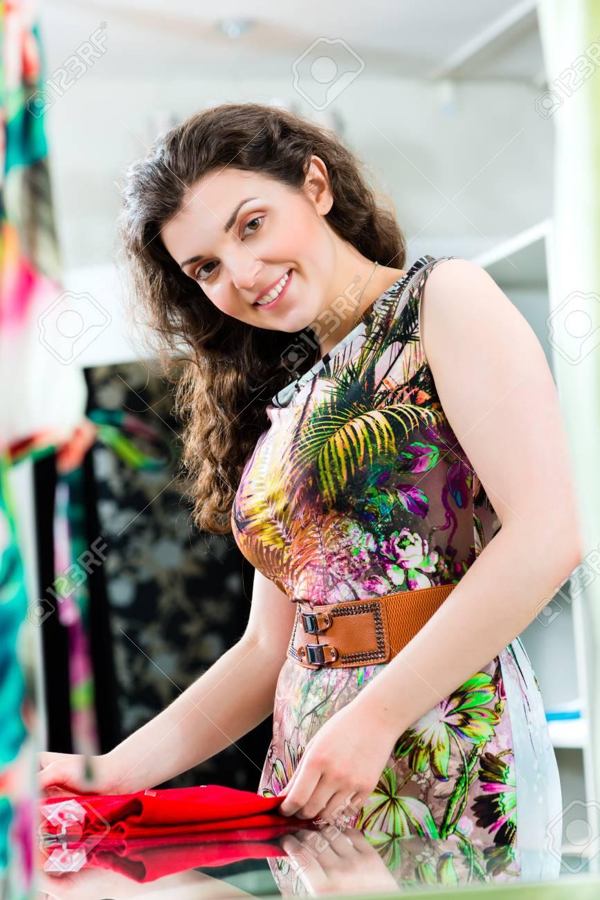 Archivio Fotografico - Giovane donna divertirsi mentre la moda shopping in  boutique o negozio 7e73a8ec30c