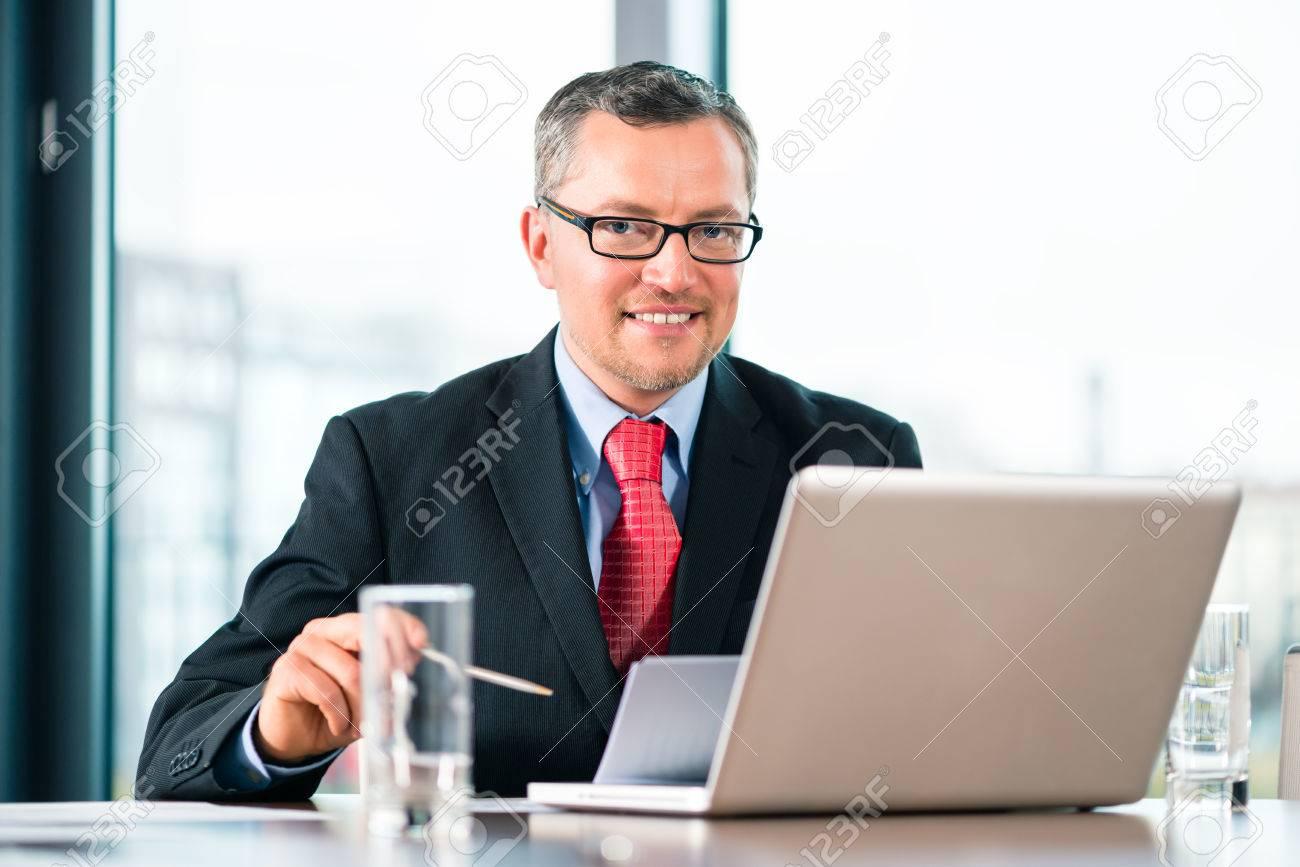 Scrivania Ufficio Avvocato : Uomo d affari con esperienza o un avvocato seduto in ufficio alla