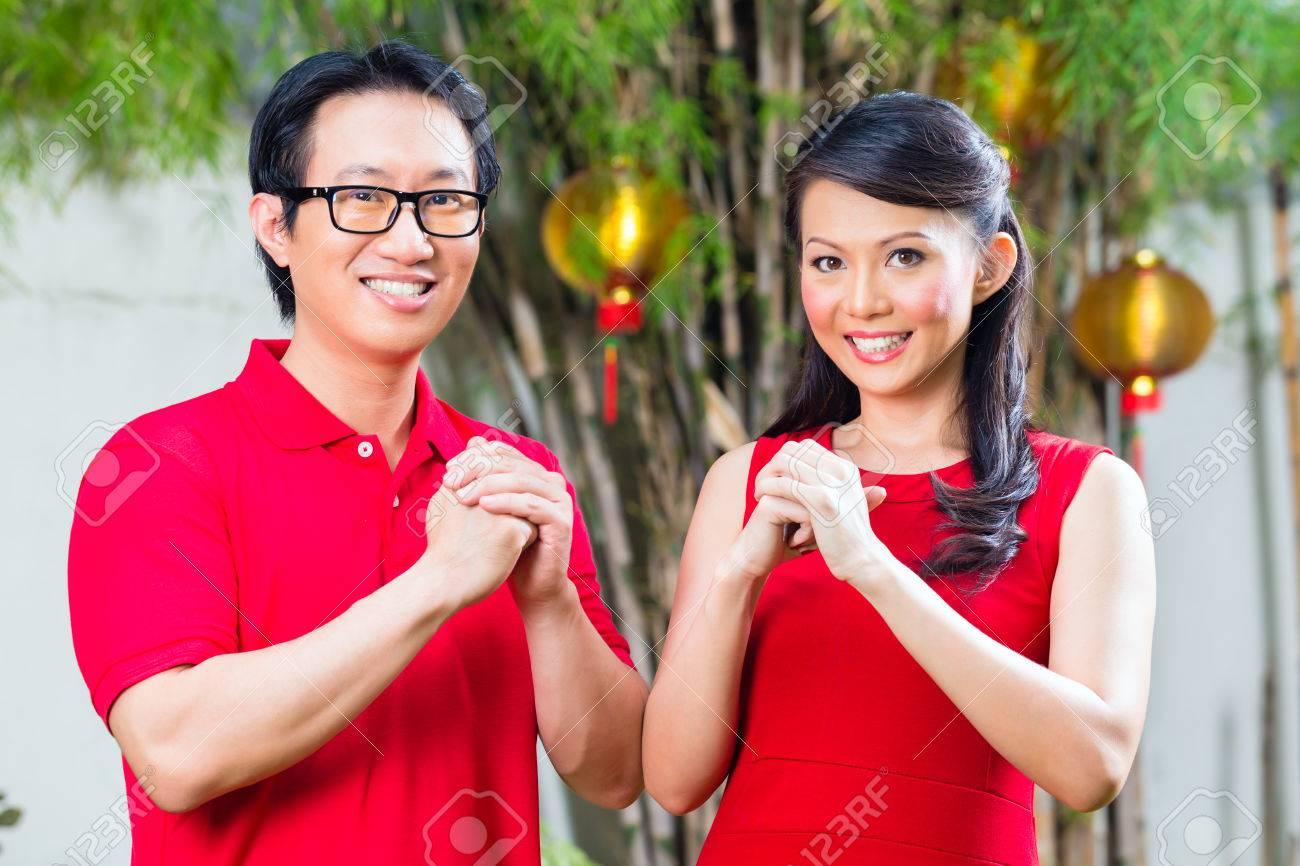 Paar Feiert Chinesische Neue Jahr Traditionellen Gruß, Trägt Rot ...