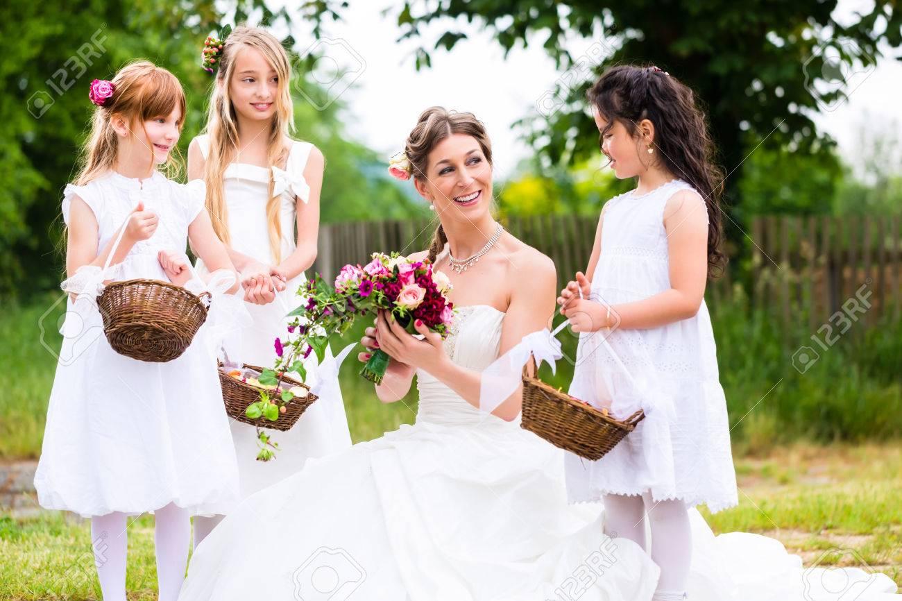 Hochzeit Braut Mit Blumenkinder Oder Brautjungfer Draussen Am Garten