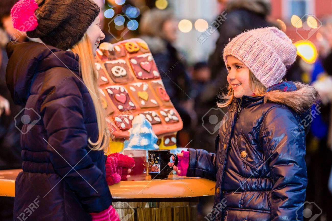 Children on Christmas market with gingerbread Standard-Bild - 47847144