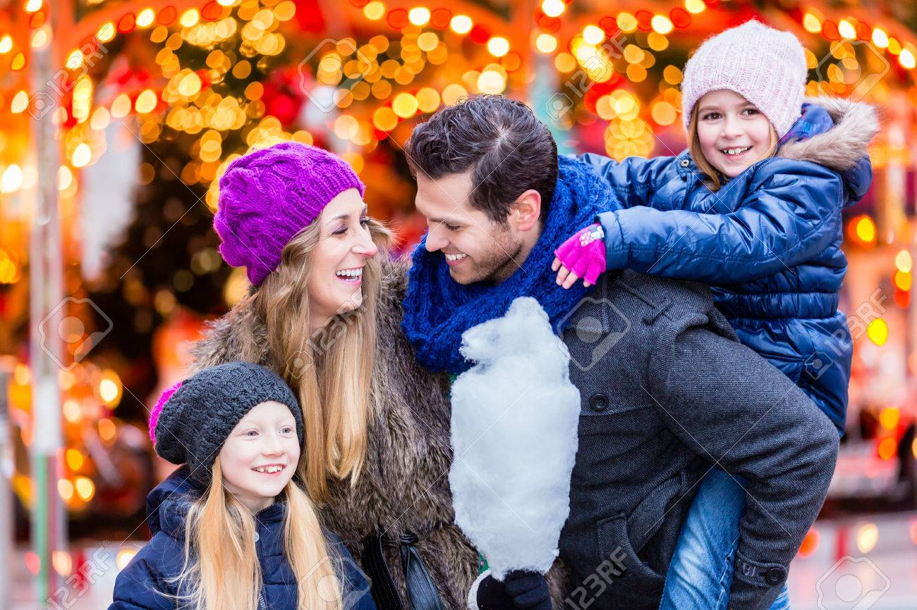 Family eating cotton candy on Christmas market Standard-Bild - 51590763