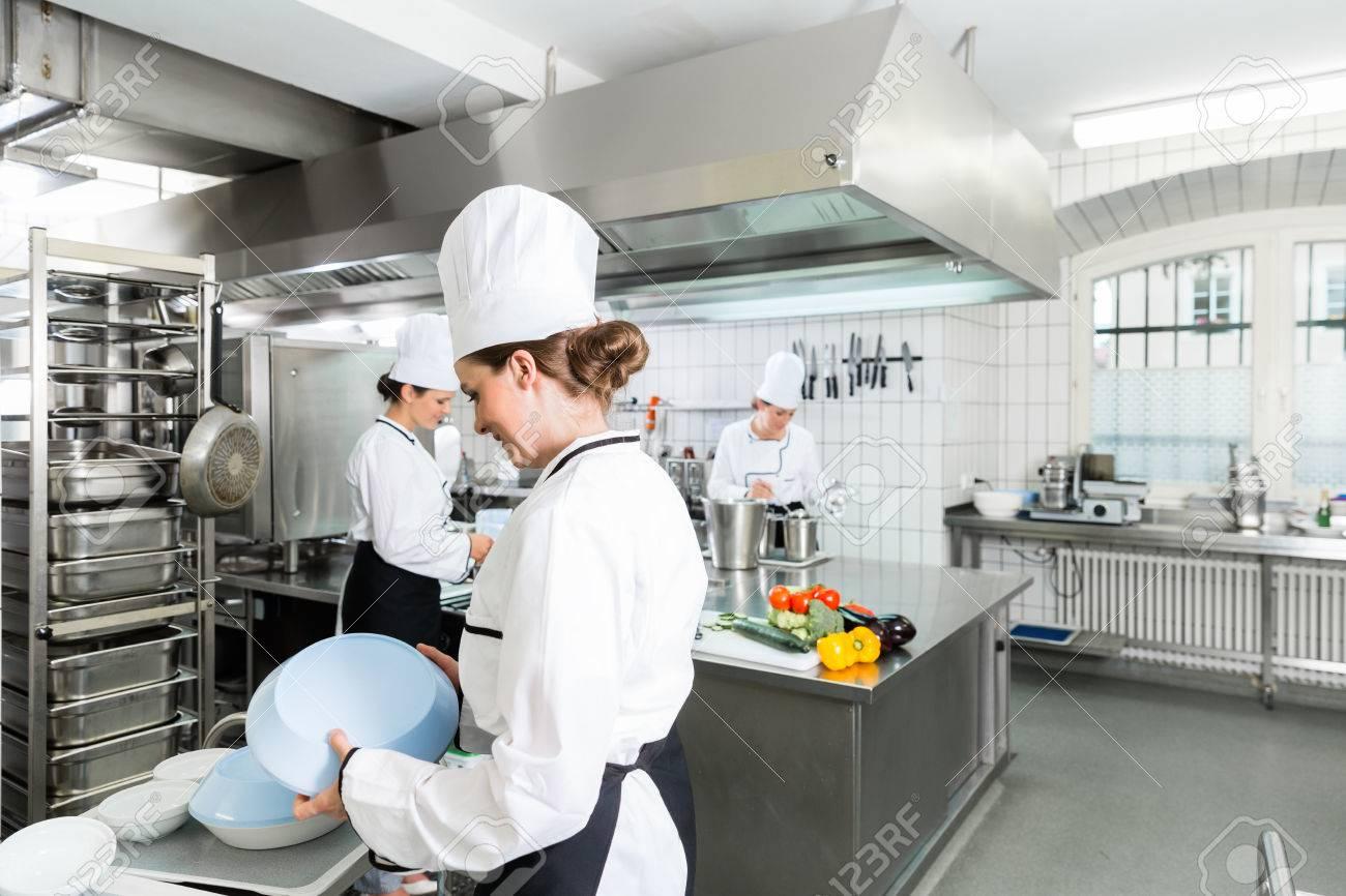 Großküche Mit Chefkochen Lizenzfreie Fotos, Bilder Und Stock ...