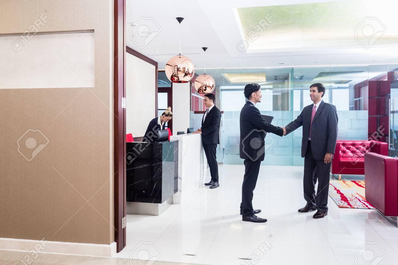 Homme d affaires indien associé asiatique accueillant dans le
