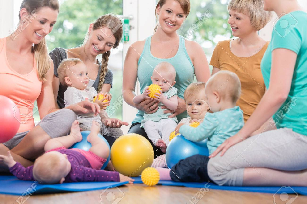 Young women in mother and child group playing with their baby kids Standard-Bild - 75683332