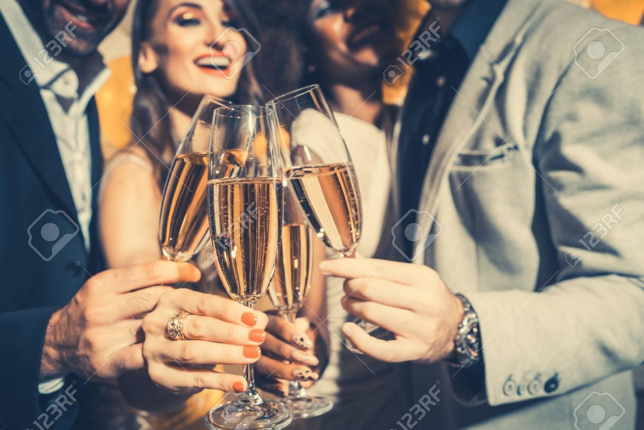 Manner Und Frauen Feiern Geburtstag Oder Silvesterparty Beim Klirren