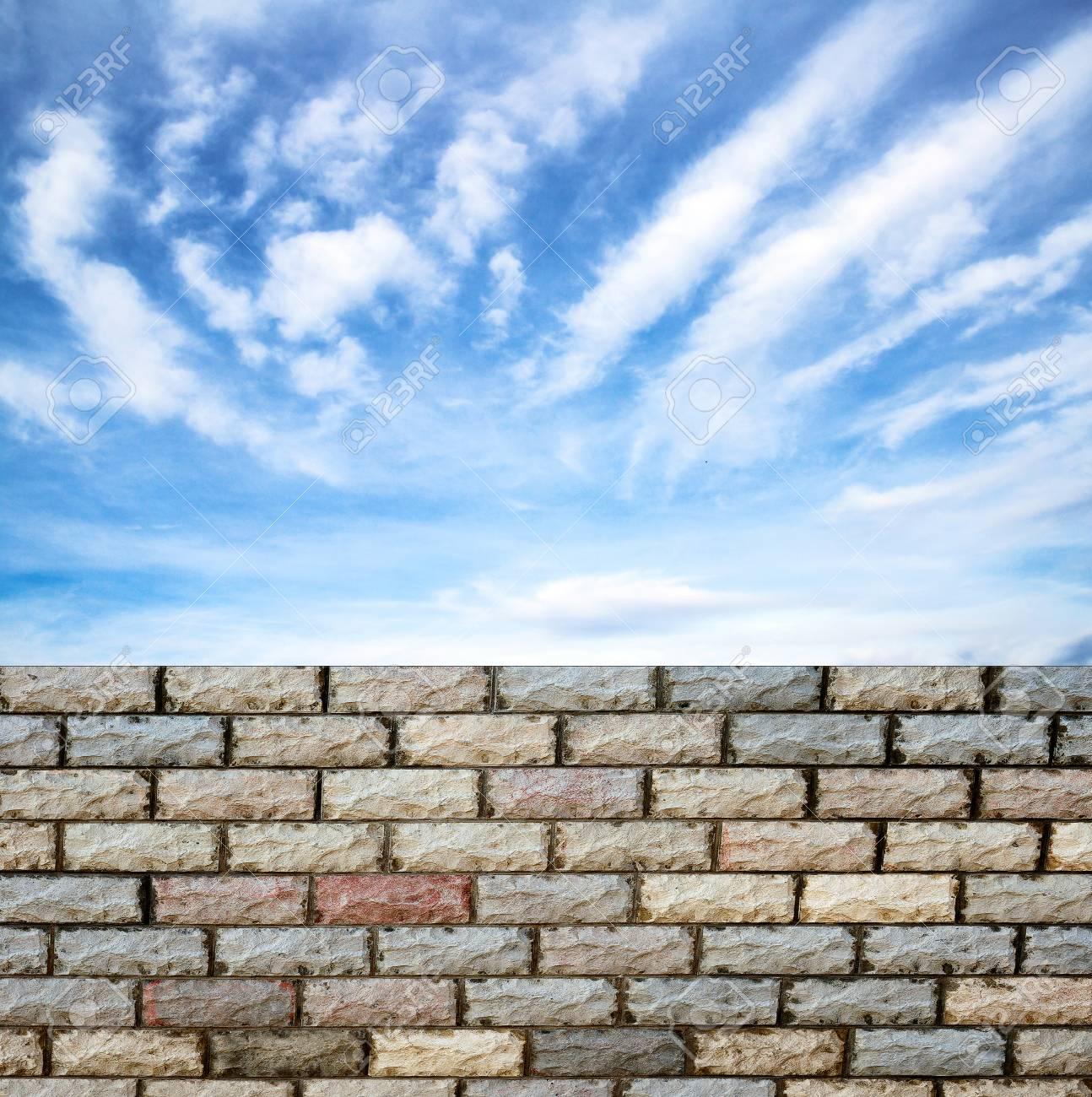 Dekorative Ziegelmauer Wand Gegen Blauen Himmel Standard Bild   27053768