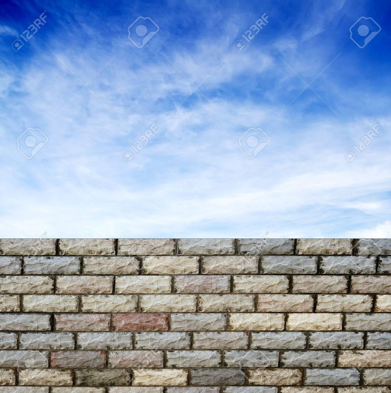 Dekorative Ziegelmauer Wand Gegen Blauen Himmel Standard Bild   27098241