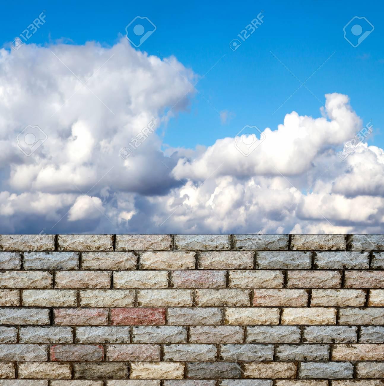 Dekorative Ziegelmauer Wand Gegen Blauen Himmel Standard Bild 27098404