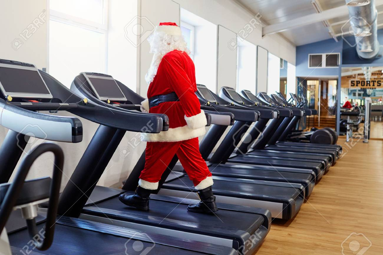 Santa Claus in the gym doing exercises. - 88432111