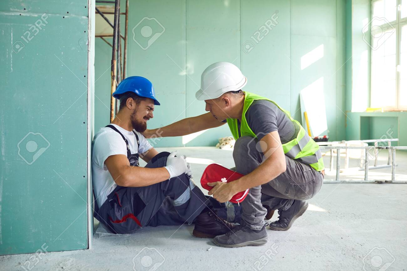Construction worker accident with a construction worker. First aid for injury at work. - 135057007