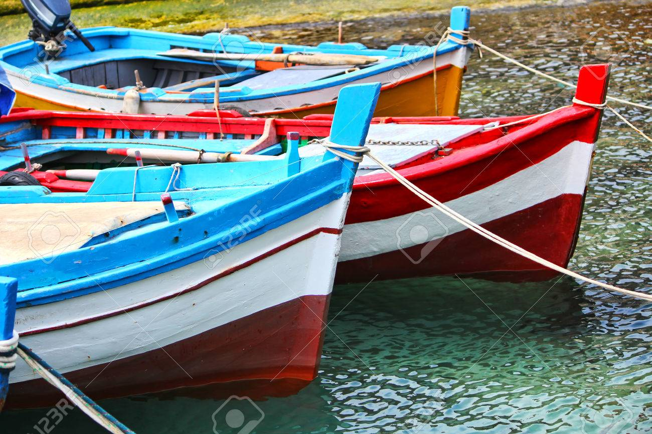 Bateau De Peche En Bois Dans Le Gros Plan De La Mer En Sicile Banque D Images Et Photos Libres De Droits Image 27166811