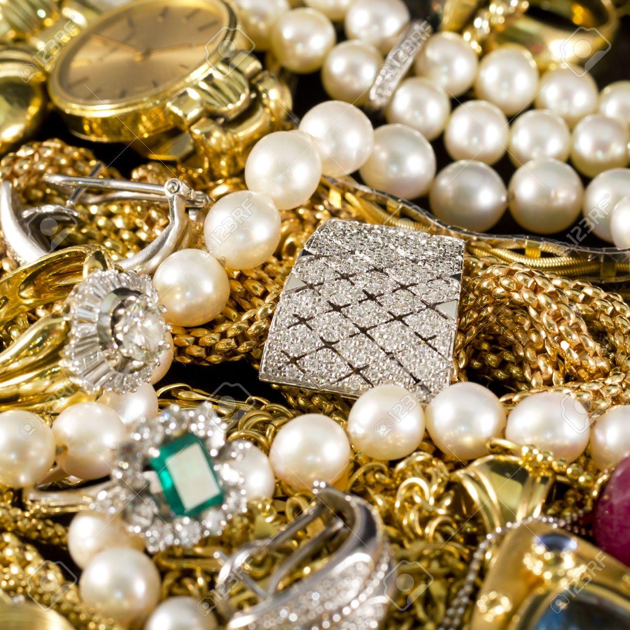 3f6e67e42f07 Foto de archivo - Primer plano de la joyería de oro con piedras preciosas