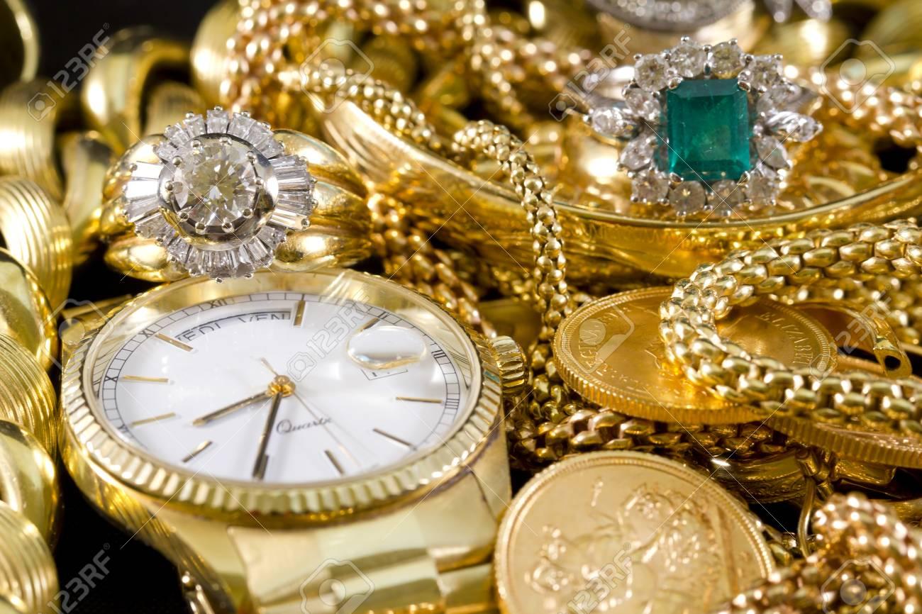 28056613-primer-plano-de-la-joyería-de-oro-con-piedras-preciosas.jpg