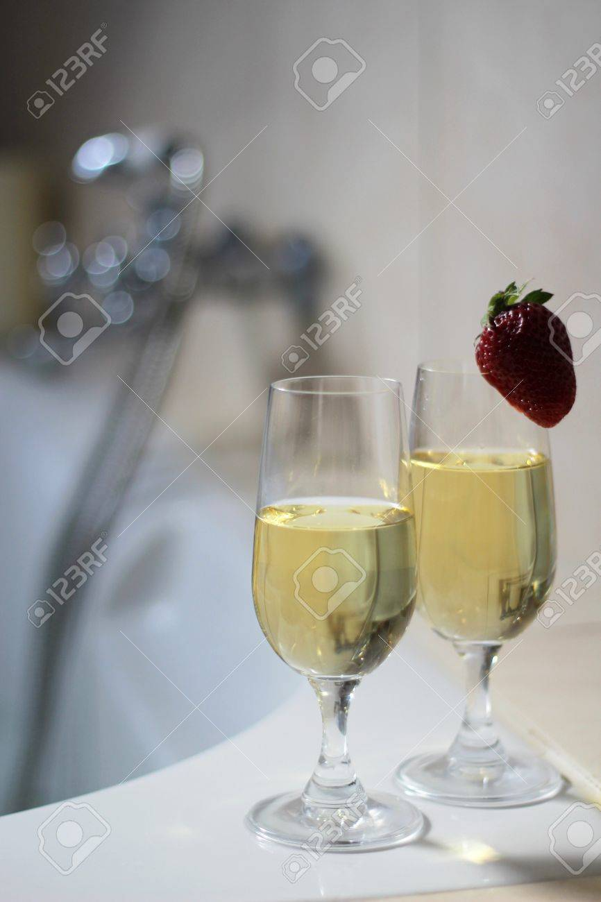 Vasca Da Bagno Per Due Con Champagne E Fragole Foto Royalty Free ...