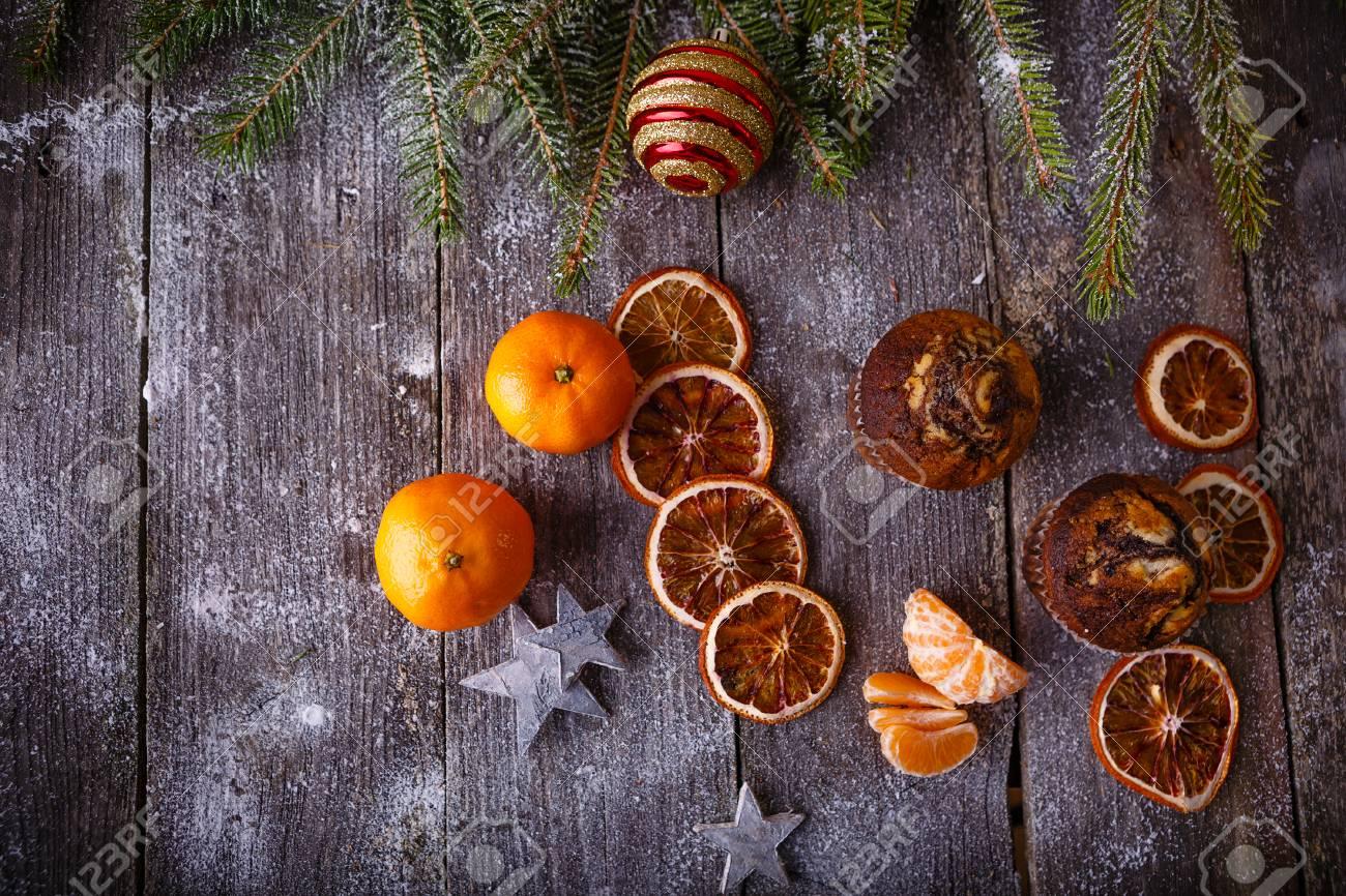 Decorazioni Natalizie Con Arance Essiccate.Immagini Stock Composizione Di Natale Con Decorazioni Di Festa