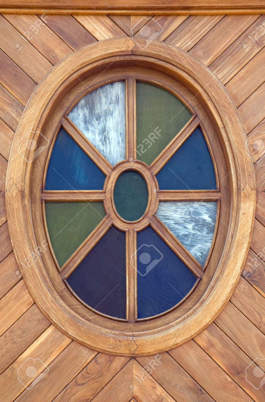 Un Gros Plan Dune Fenêtre En Bois Ovale Banque Dimages Et Photos