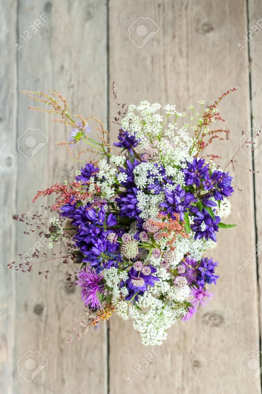 Banque d\u0027images , Belle tendre bouquet de fleurs des champs d\u0027été sur fond  de bois