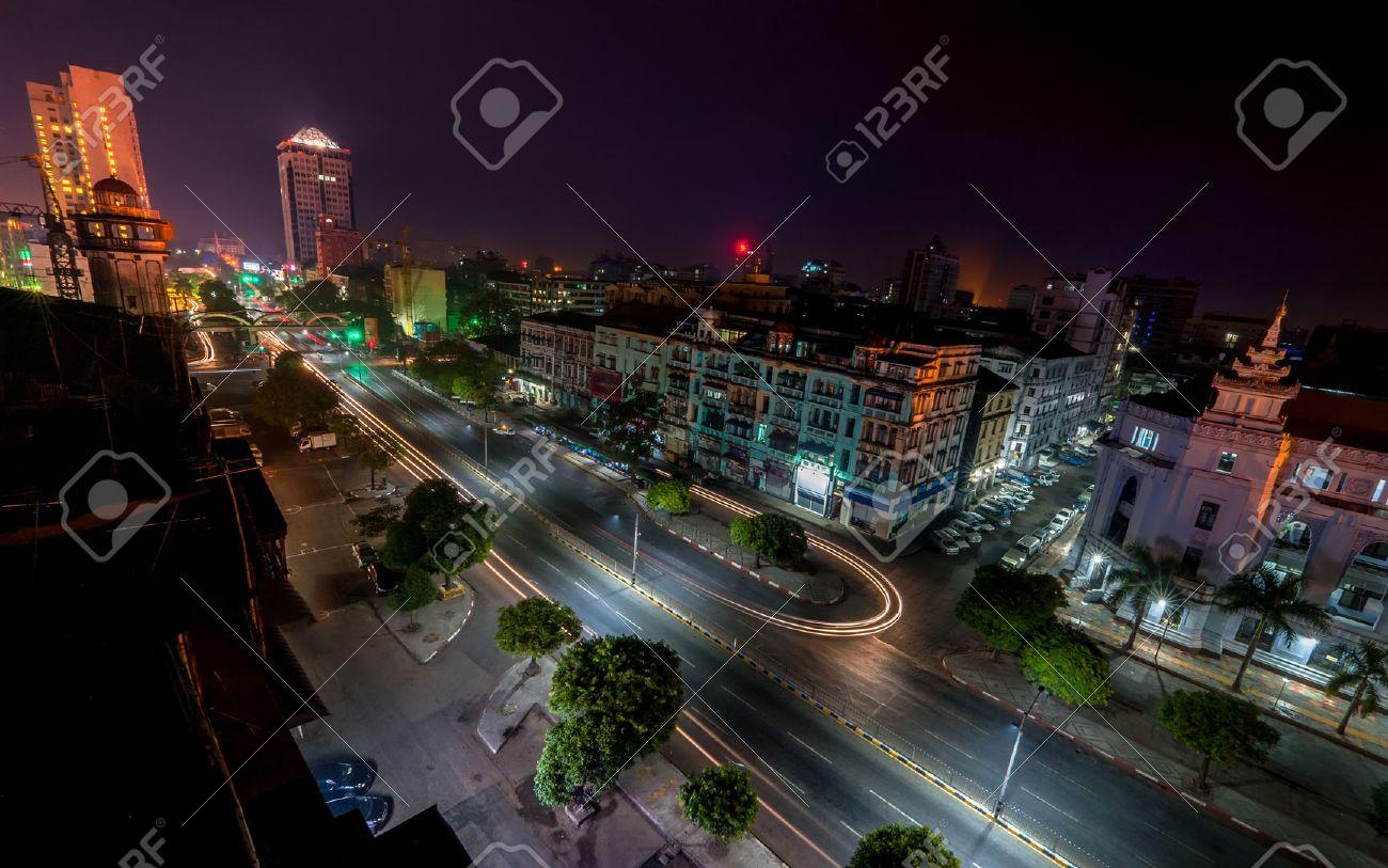 ミャンマー ビルマ の首都であったヤンゴン街並みの夜景 の写真素材 画像素材 Image