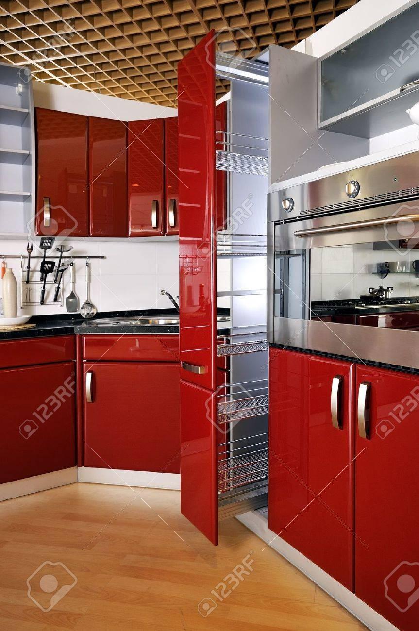 Les armoires de cuisine moderne porte un rouge foncé banque d ...