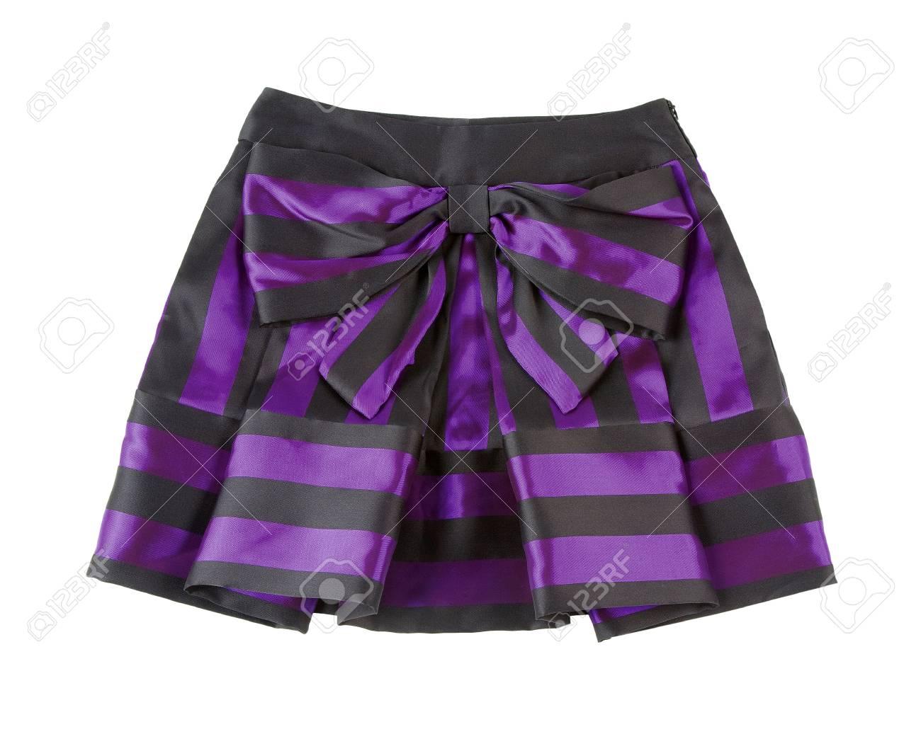 74d6c9e10 Satinado a rayas falda plisada mini-púrpura aislado en el camino blanco  Clipping fondo incluido