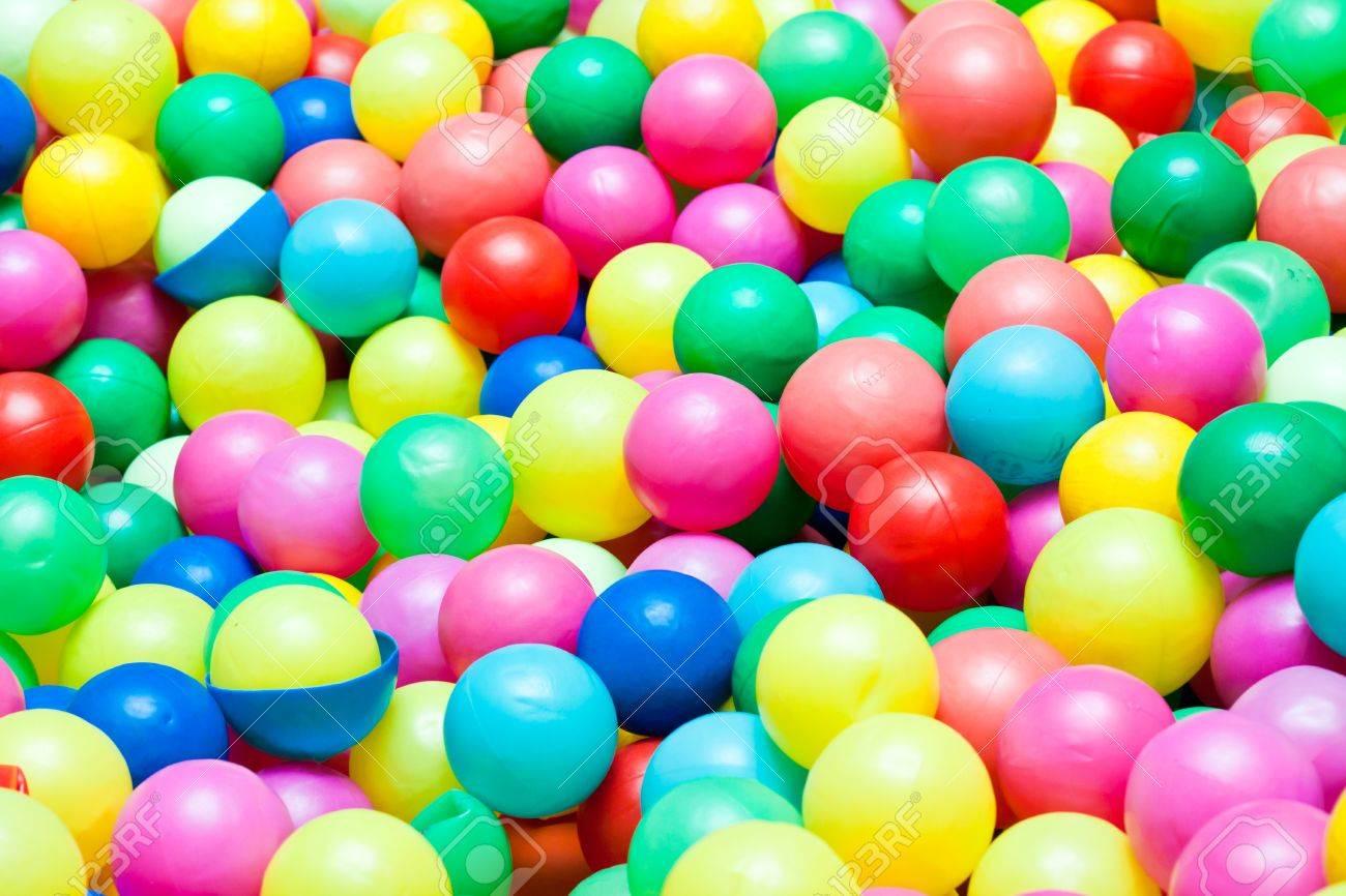 las bolas de colores en un rea de juegos para nios foto de archivo