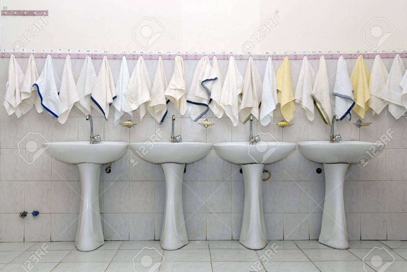 Waschtische Und Handtücher Im Internat Badezimmer Lizenzfreie Bilder    5925549