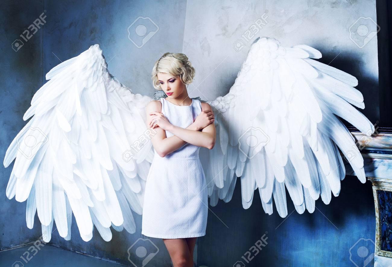 Belle D'ange Portant Dans Studio Blanche Avec Jeune Le Modèle Robe Des Ailes Une AjcLq3R54