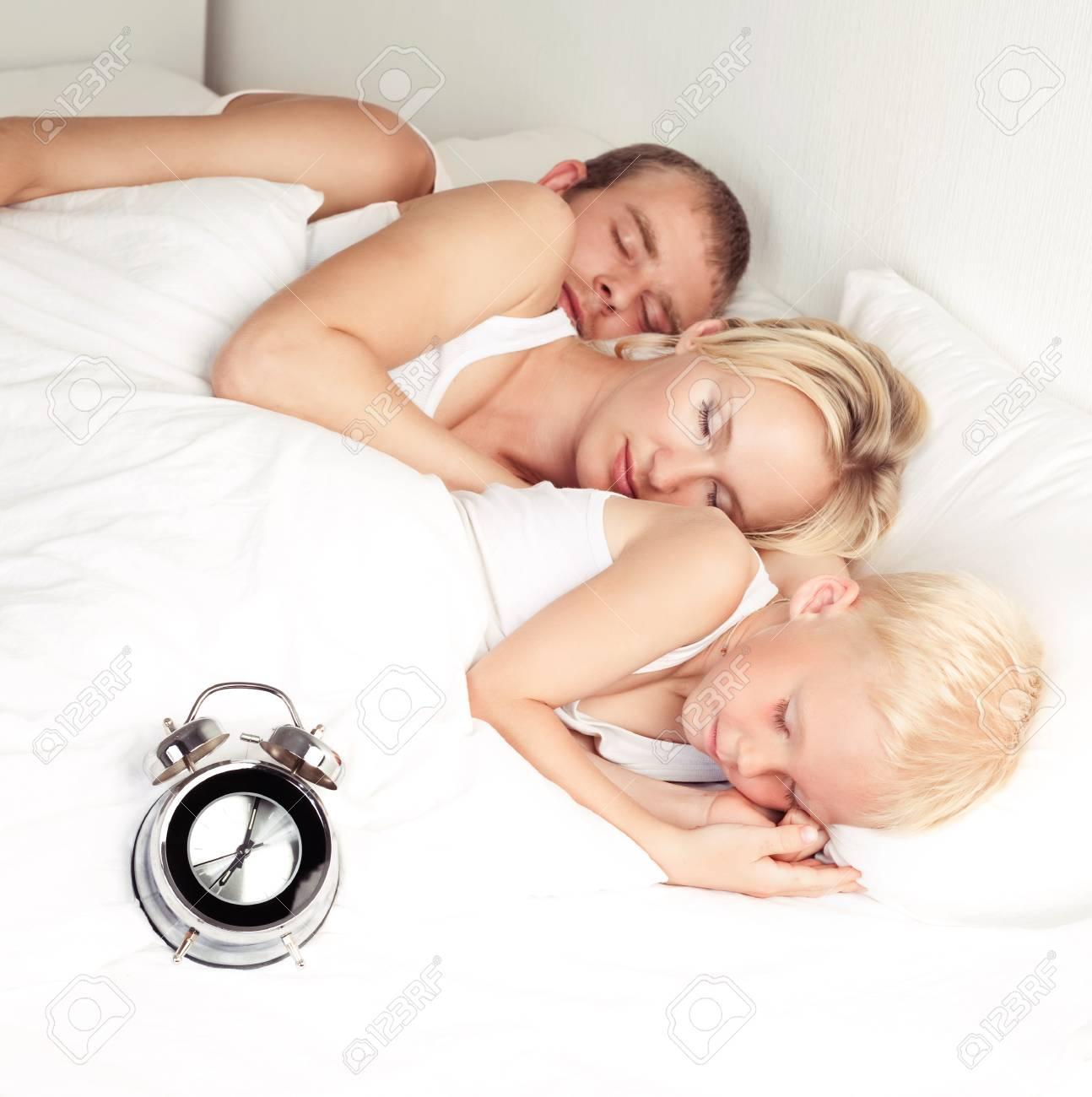 Glückliche Familie Vater Mutter Und Sohn Schlafen Im Bett Zu Hause