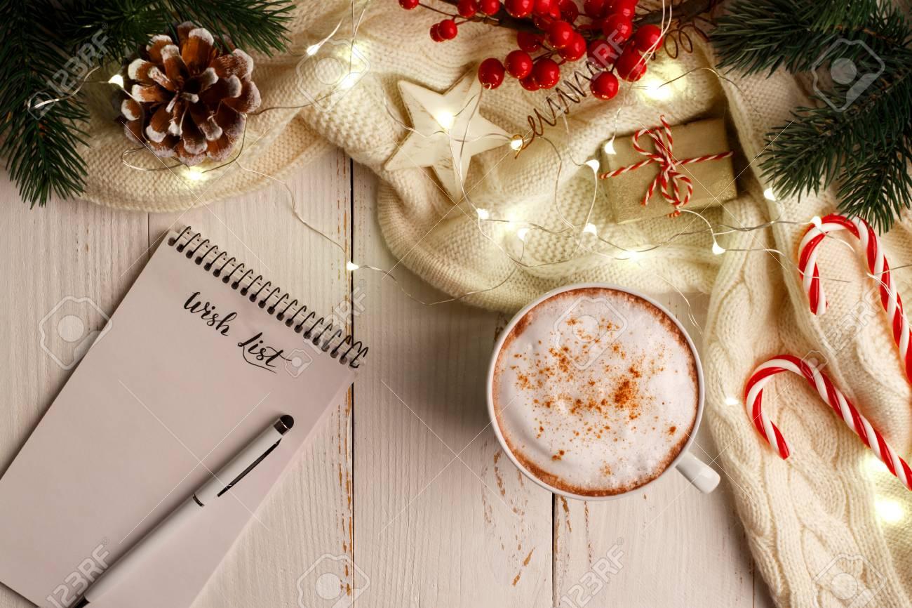 Immagini Invernali Natalizie.Sfondo Di Vacanze Invernali Con Tazza Di Caffe Caldo Lista Dei Desideri E Decorazioni Natalizie E Luci Distesi Con Spazio Copia