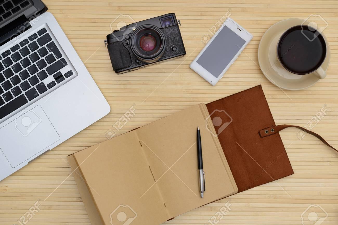 Scrivania Vintage Legno : Scrivania vintage in legno scrivania laptop e una tazza di caffè