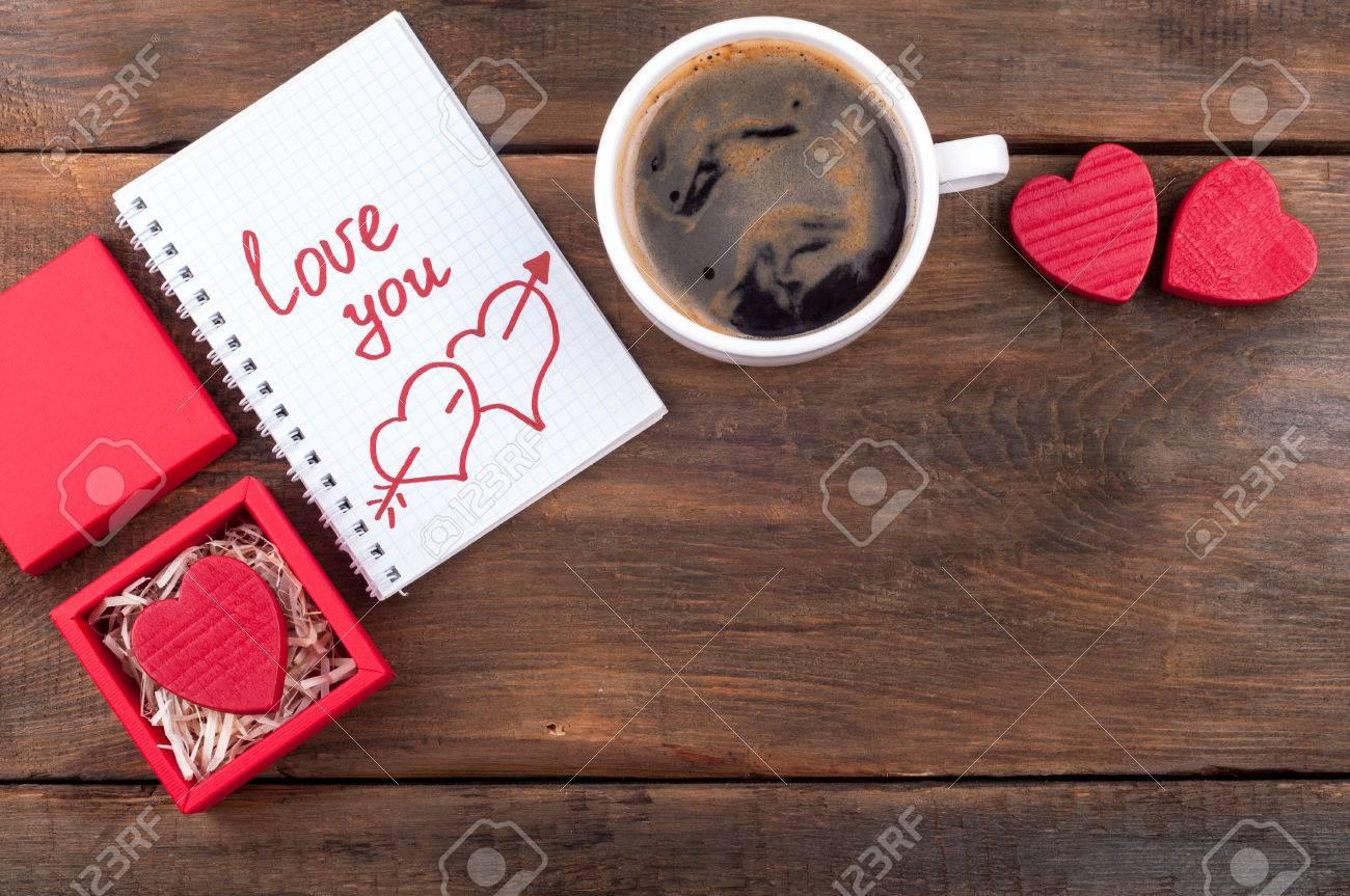 Scatola Regalo San Valentino.Sfondo Di San Valentino Scatola Regalo Con Cuore Di San Valentino Tazza Di Caffe Notebook Aperto Con La Parola Scritta Amore Su Sfondo Vecchio Di