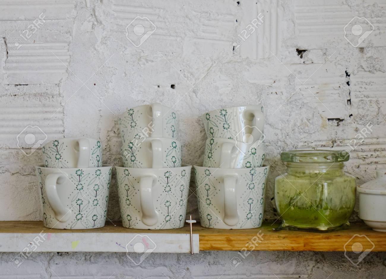 Tasses En Ceramique Sur Une Etagere En Bois A La Cuisine Fermer