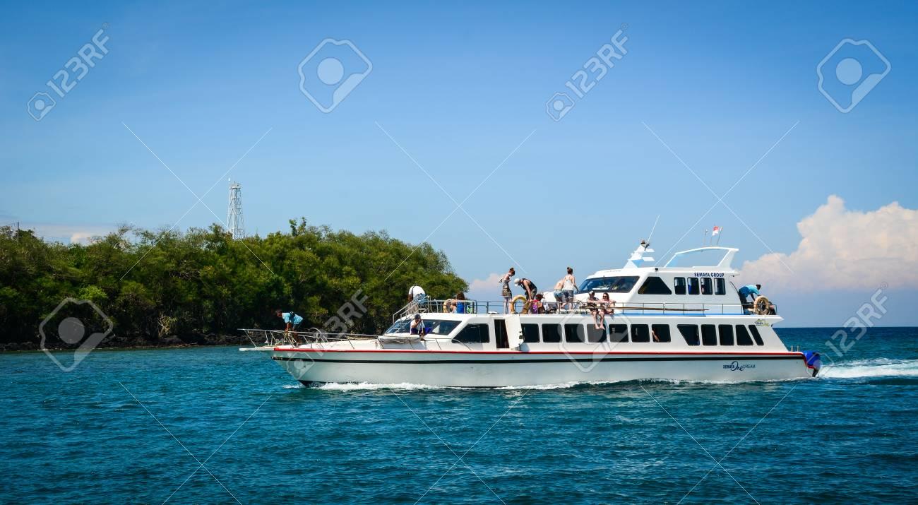 Kinderschoenen 19.Lombok Indonesie 19 April 2016 Een Veerboot Op Blauwe Zee In