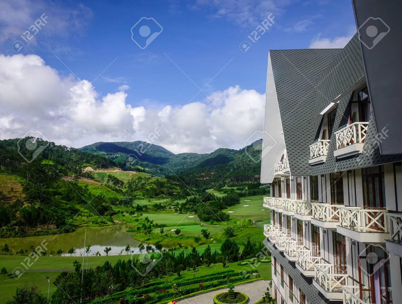 Parte della località di soggiorno di montagna al giorno pieno di sole in  Dalat, Vietnam. Da Lat è una popolare destinazione turistica situata a 1500  ...
