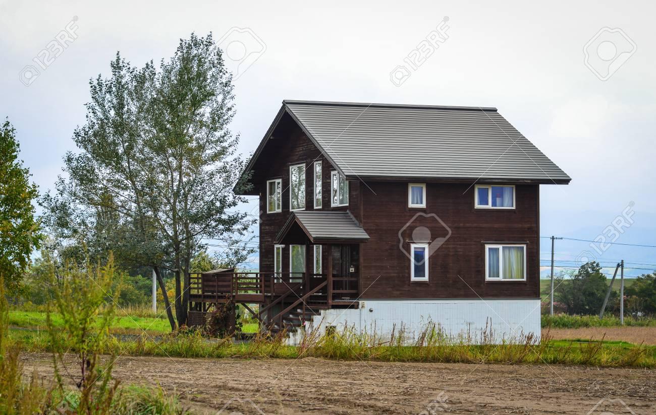 Una Casa De Madera Rural En El Dia Soleado En Biei Hokkaido Japon