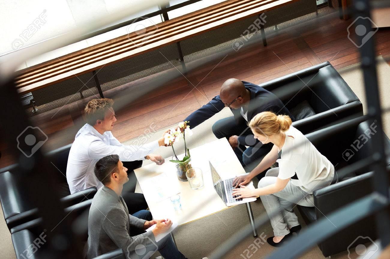 Noir et blanc se serrant la main lors de la réunion de travail