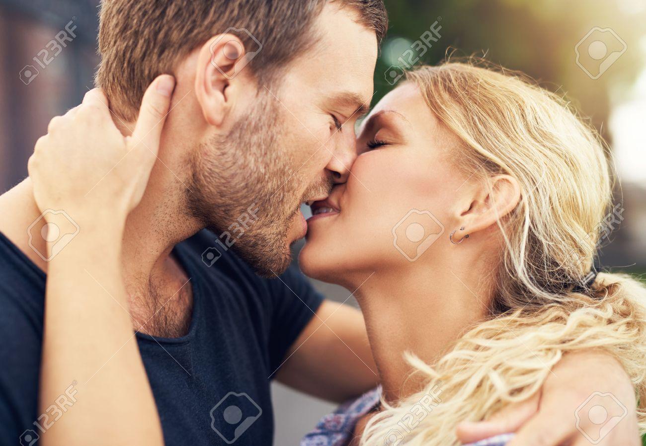 Jeune Couple Profondement Amoureux Partager Un Baiser Romantique