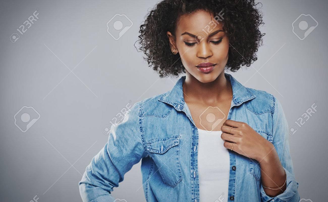 Jolie Pensive Femme Afro Americaine Avec Une Coiffure Afro Boucles