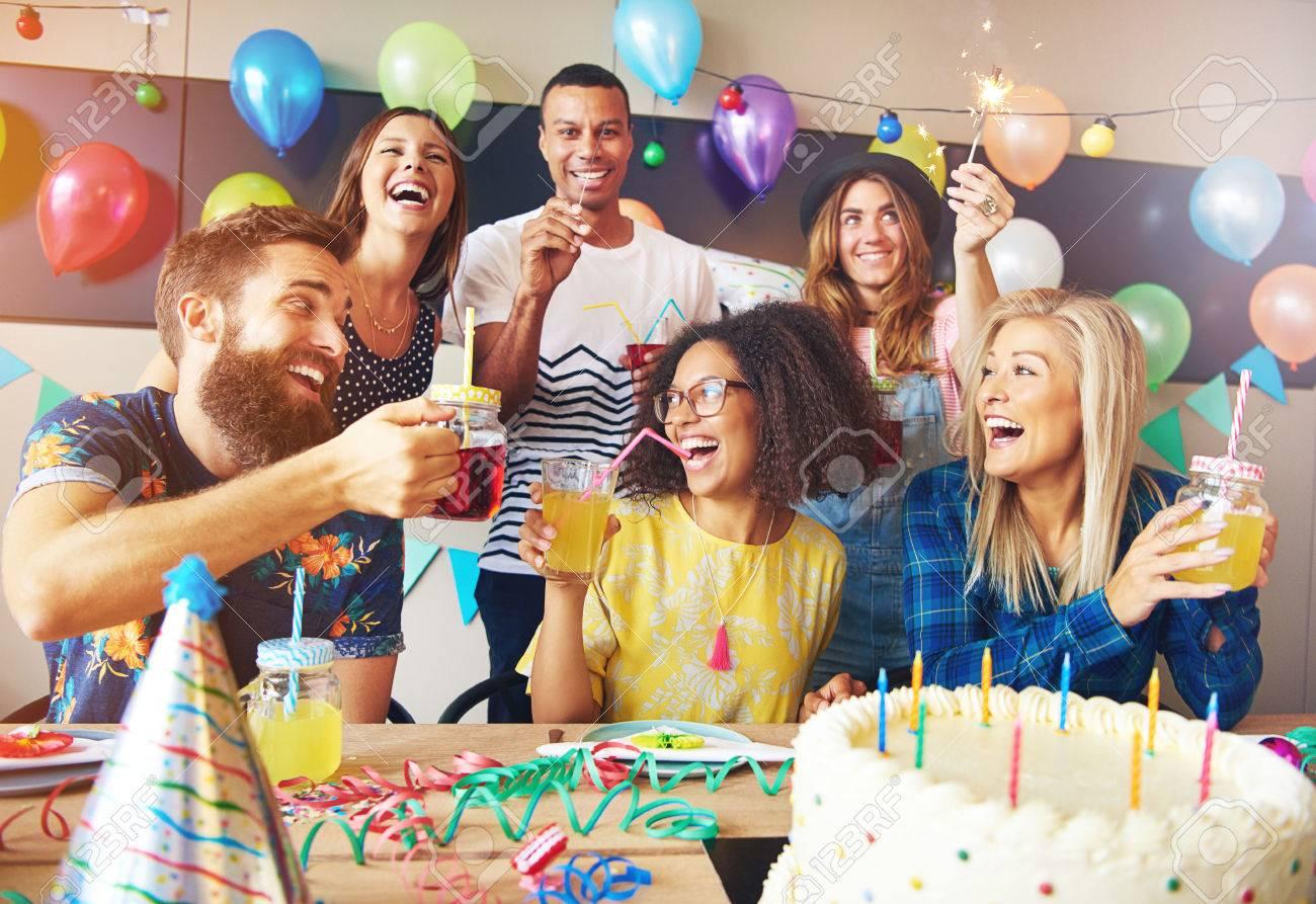 Glückliche Ausgelassene Gruppe Von Freunden Eine Geburtstagsparty