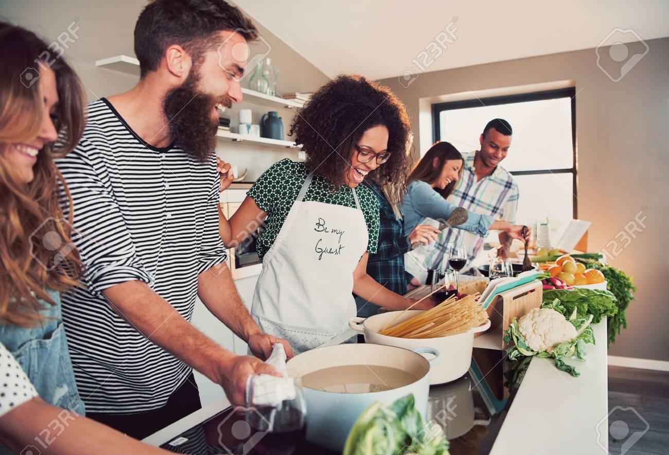 Gran Grupo De Seis Amigos Felices Que Preparan El Alimento Para Una ...