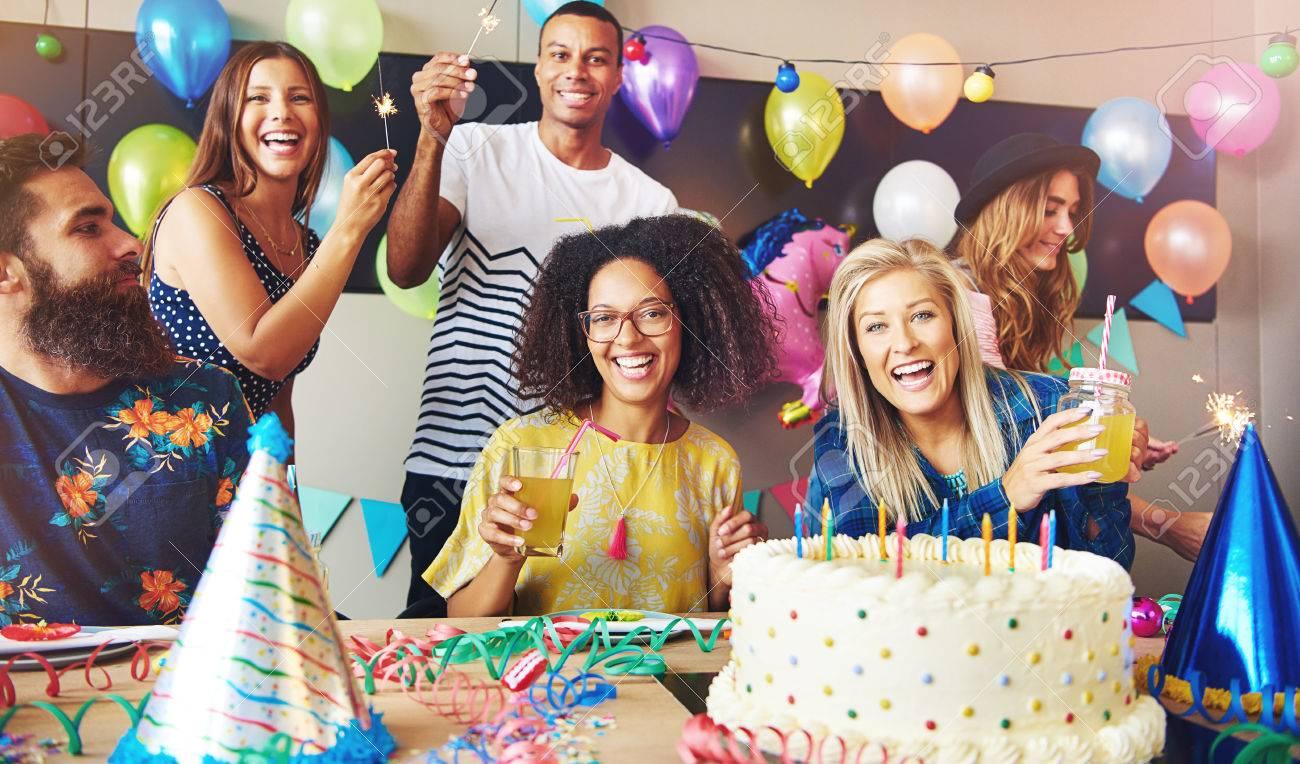 seis adultos jvenes celebrando una fiesta de cumpleaos mientras se sostiene bebidas como se sientan alrededor with cumpleaos adultos - Cumpleaos Adultos