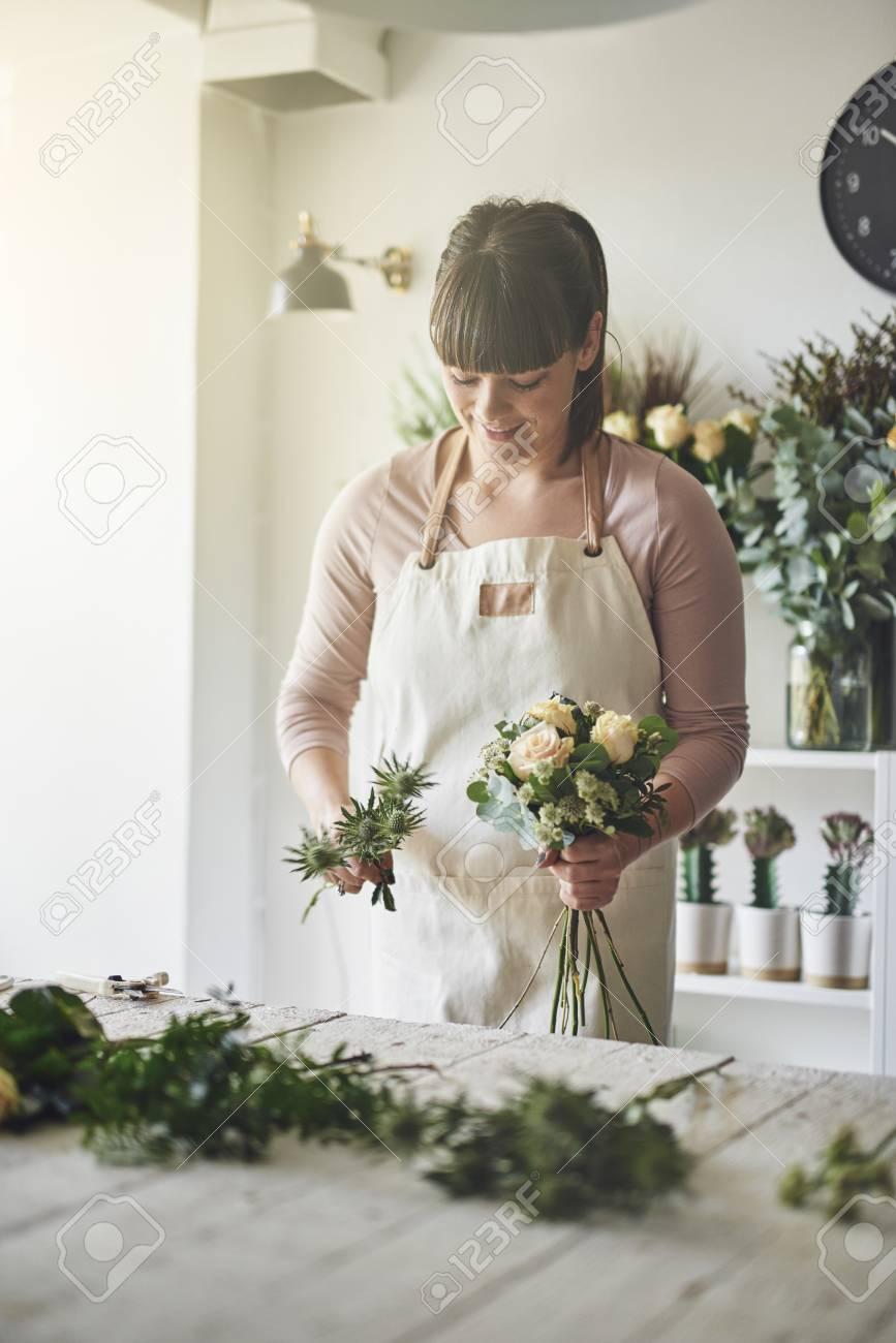 Floristería Femenina Joven Que Prepara Un Arreglo Floral Mezclado Mientras Que Trabaja En Una Tabla En Su Floristería